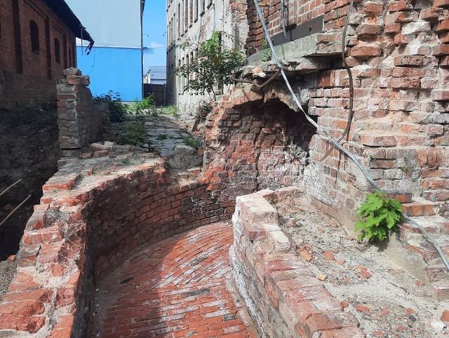 W trakcie prac archeologicznych, odkryto duże fragmenty dawnej zabudowy zakładów przemysłowych oraz sieci mediów (kanały ciepłownicze oraz kanały do i odprowadzające wodę)