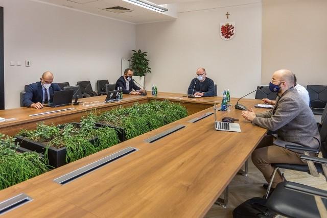 Marszałek województwa po rozmowie z liderami protestu branży gastronomicznej w Toruniu. Wraz z nimi przygotuje apel do rządu