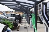 Samochód elektryczny 2020. Budowa stacji ładowania elektryków będzie równie obowiązkowa dla deweloperów jak budowa parkingów?