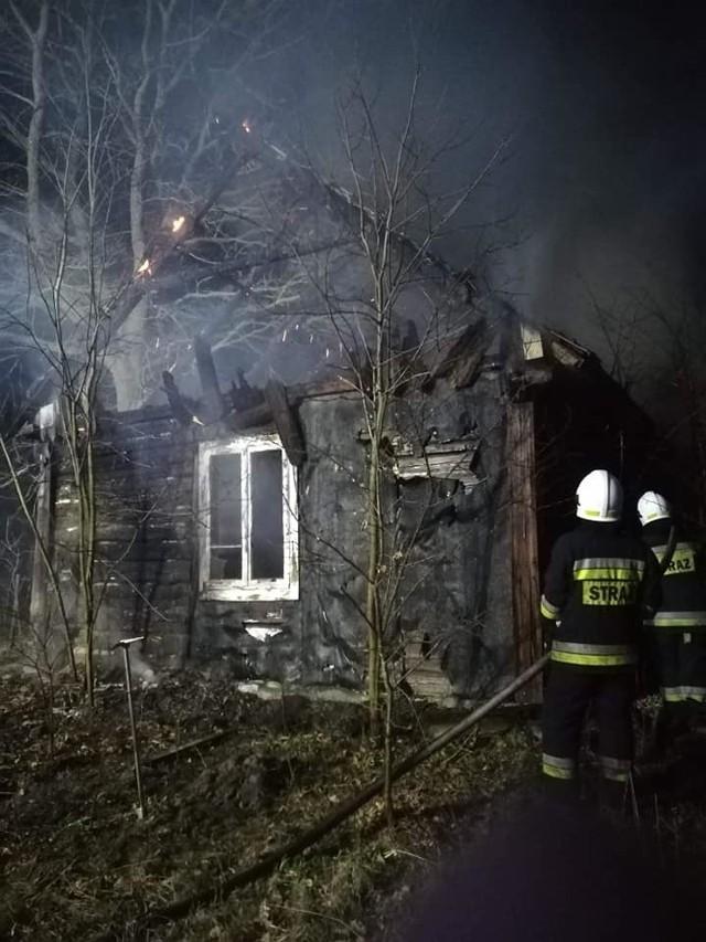 Strażacy gasili pożar drewnianego domu w gminie Szydłowiec.