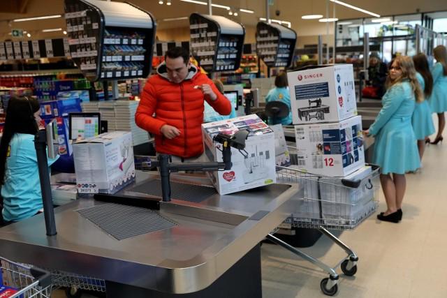 Lidl Polska przede wszystkim poszukuje obecnie ponad 600 pracowników sklepów oraz prawie 100 pracowników magazynów. Sieć oprócz najwyższych wynagrodzeń w branży oferuje pakiet benefitów pozapłacowych.
