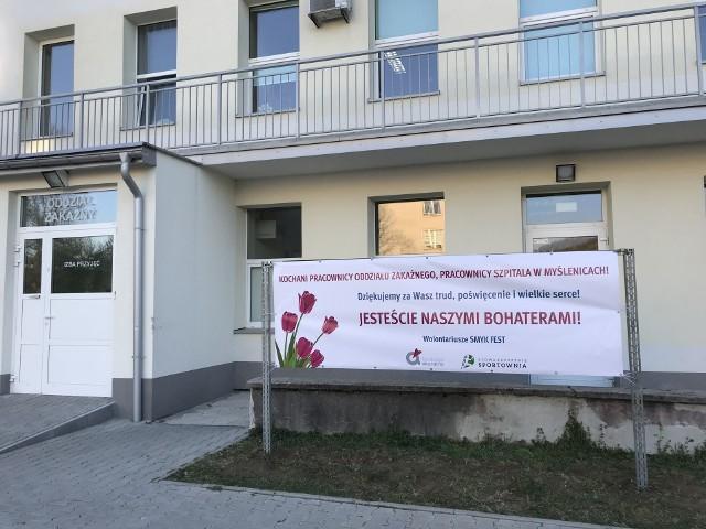 Baner przed wejście na oddział zakaźny myślenickiego szpitala