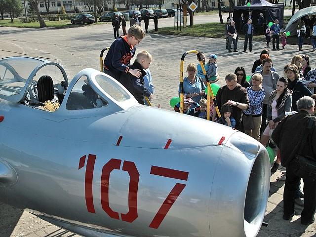 Kolejka chętnych do wejścia do kabiny odnowionego przez WZU samolotu, który stacjonował w parku miejskim, była bardzo długa