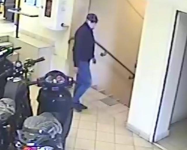 Wizerunki złodziei, którzy ukradli pieniądze w sklepie w Słomnikach