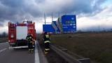 Wiatr uszkodził tablicę, policja zablokowała autostradę. Potężne korki