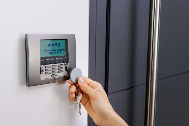 System alarmowyProgramując system alarmowy, warto podzielić dom na strefy.  Liczba stref centrali decyduje o tym, na ile takich obwodów będzie można ją podzielić.