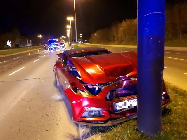 Uderzony przez mitsubishi  ford zjechał na pas rozdzielający jezdnie i wbił się w latarnię. ZDJĘCIA I WIĘCEJ INFORMACJI - KLIKNIJ DALEJ.