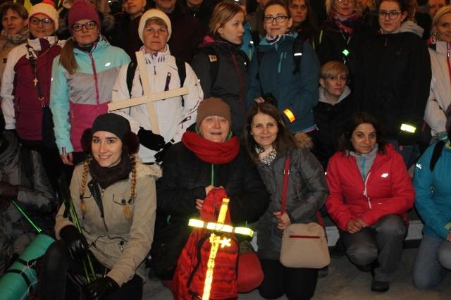 W piątkowy wieczór (23 marca), sprzed Sanktuarium Miłosierdzia Bożego w Świebodzinie ponad 200 osób ruszyło w najbardziej świadomą, Ekstremalną Drogę Krzyżową. - Ludzie mogą się zmierzyć ze swoimi słabościami. Jak dla mnie, jest to ekscytujące i niezwykłe przeżycie - zaznacza Weronika Bil, która po raz drugi udała się na trasę EDK.Podczas gdy w sanktuarium odbywała się msza dla pielgrzymów, przed kościołem zbierali się uczestnicy EDK, którzy wybrali trasę z Rokitna (gdzie dojadą autokarem) do Świebodzina. Pierwsi na miejsce zbiórki przyszli harcerze Adrian Tratwal i Karol Hoffman ze Świebodzina. Karol w EDK uczestniczy drugi raz. - Dwa lata temu szedłem z Zielonej Góry do Świebodzina. Dzisiejsza trasa jest dla mnie próbą na naramiennik wędrowniczy. Jednym z zadań na próbę ducha jest przejście EDK - tłumaczy Karol. Z Adrianem są kolegami, poznali się w harcerstwie. Przyznają, że służba przygotowuje ich do podjęcia ekstremalnych wyzwań choćby poprzez marsze kondycyjne. - Jednak celem podjęcia EDK było wyciszenie się i rozmowa z bogiem, uporządkowanie sobie wszystkiego w duszy, w głowie i w sercu - dodaje  Adrian.Pierwszy raz wyzwanie EDK podjął Paweł Rzepa ze Świebodzina. - W zeszłym roku zastanawiałem się, ale nie było motywacji. Dwa dni temu, w swoje 33 urodziny, postanowiłem, że pójdę. Wspiera mnie rodzina, żona i dwie córki. Mam nadzieję, że mnie przywitają jak dojdę do Świebodzina - mówi Paweł. - Wiadomo, że w pewnych momentach będzie ciężko, ale silny w wiarę dam radę! - zapewnia pielgrzym. Jest myśliwym, chodzenia po lesie się nie boi. - Nie zgłębiałem trasy, idę na spontana. Ale parę rzeczy w plecaku mam, latarkę, skarpety na zmianę. Przede wszystkim krzyżyk, który sam zrobiłem, nawet zdążyłem go pomalować - podkreśla Paweł.Kamil Józefowicz w ubiegłym roku pierwszy raz ruszył w trasę EDK. Był w obstawie, jechał terenówką i spodobało mu się. Dlatego w tym roku postanowił, że chce ten odcinek pokonać pieszo, z ludźmi. Namówił kolegę, Krzysztofa Michalskiego, rów