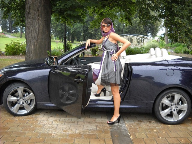Nowy model Lexusa IS 250C w krótkim czasie możemy przeistoczyć samochód w zadaszonego auta w odkryty kabriolet.