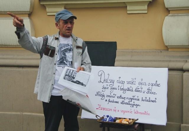 Janusz Galiczyński przez godzinę protestował wczoraj przed przemyskim sądem. Wzbudzał zaciekawienie przechodniów.