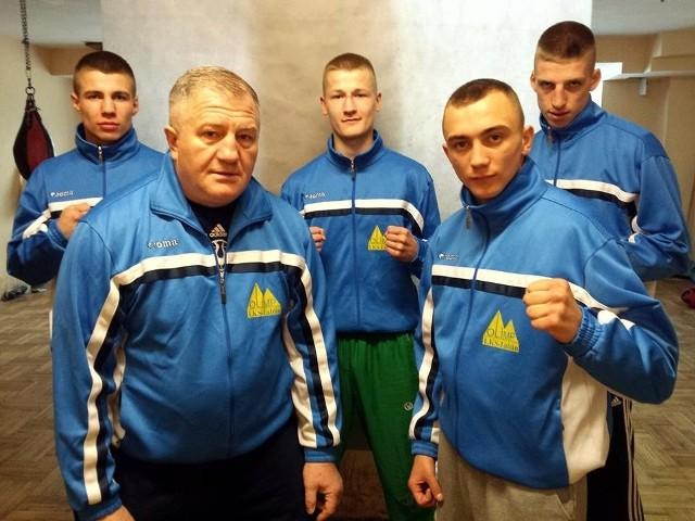Adrian Kowal w pierwszym rzędzie razem ze swoim trenerem Andrzejem Głąbem oraz kolegami klubowymi z Olimpu Lublin