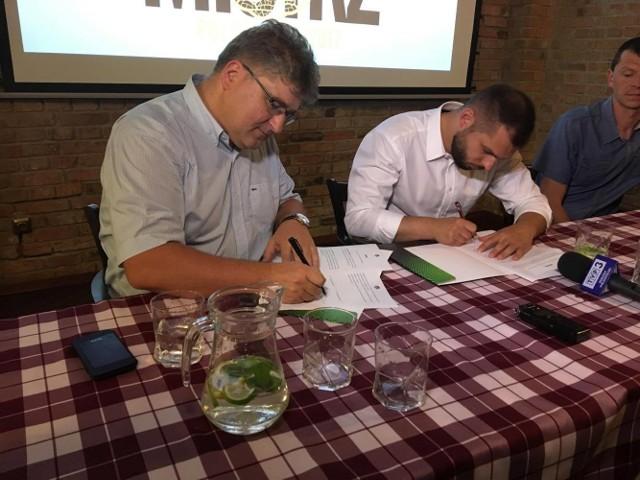 Rada Nadzorcza Grono S.S.A. przedłużyła umowę ze szkoleniowcem Stelmetu BC Zielona Góra Arturem Gronkiem na kolejne dwa lata. Nowy kontrakt został podpisany w poniedziałek, 19 czerwca, w Barcelona Sport Pub.