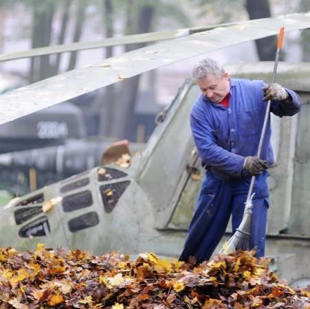 Ryszard Lipiński pracował przy sprzątaniu liści. Jak mówi lepsze to niż bezczynne siedzenie za murami