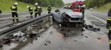 Wypadek na płatnym odcinku autostrady. Pojazd wpadł w bariery, jedna osoba ranna