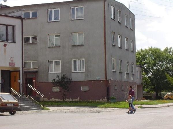 Niektórzy lokatorzy budynku przy ul.  Parkowej nie czekali na gminę i wymienili okna  we własnym zakresie.