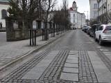Starówka miasta przepowiada wiosnę. Na Mickiewicza wyrosły już... pachołki