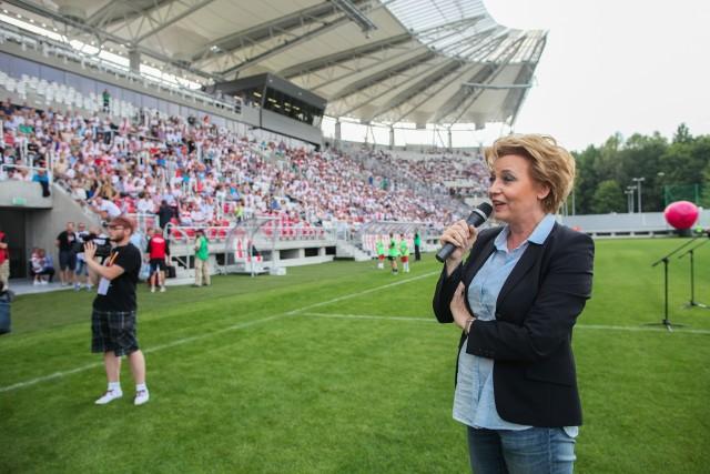 Prezydent Hanna Zdanowska podczas otwarcia stadionu z jedną trybuną