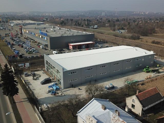 """Na ul. Lwowskiej w Przemyślu powstaje nowe centrum handlowe pod nazwą """"Smok"""". Powierzchnia sklepu to 3 tys. metrów kwadratowych. Będzie można tam kupić odzież i obuwie. Zobacz także: Wzrost gospodarczy spowolni z mniej więcej 5 proc. w minionym roku do około 3,5 proc. w 2019 roku"""