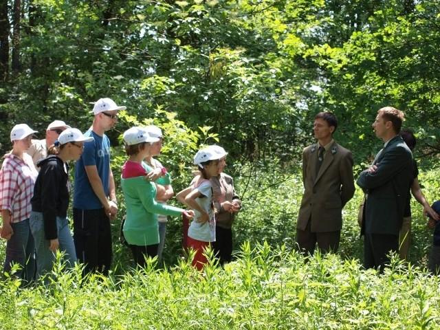 Dzieci odkrywały tajemnice lasu z leśnikiem