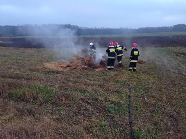 Strażacy z OSP Turośń Kościelna zostali wysłani do pożaru beli słomy w pobliżu Turośni Dolnej