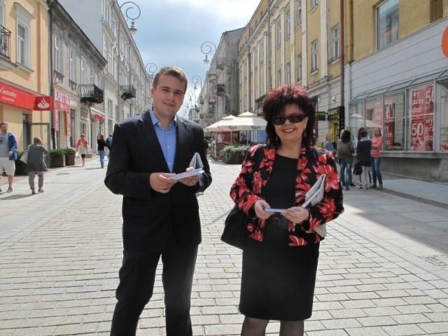 Marzena Marczewska z Instytutu Filologii Polskiej UJK i Marek Materek asystent Poseł do Parlamentu Europejskiego Róży Thun zorganizowali 29 lipca akcję informacyjną Halo, tu Róża!