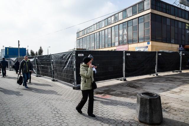 Teren wokół dworca przy ul. Boh. Monte Cassino został już ogrodzony. W przyszłym tygodniu ma się rozpocząć burzenie