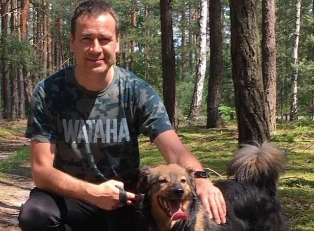 Adam Bolek w czasie sobotniego spaceru z psiakiem ze schroniska w Małym Bożem.