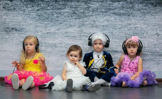 Najmłodsi słuchają muzyki Wolfganga Amadeusa Mozarta w specjalnie przygotowanej scenerii i uroczych kostiumach