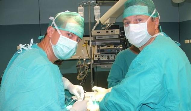 Operację wykonuje specjalista chirurg onkolog, Jarosław Wawryszuk ( z prawej) w asyście Michała Olszewskiego, lekarza specjalizującego się w chirurgii