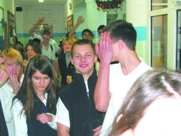 Na szkolnych korytarzach ruch jak zwykle, ale młodzież już tęskni za feriami