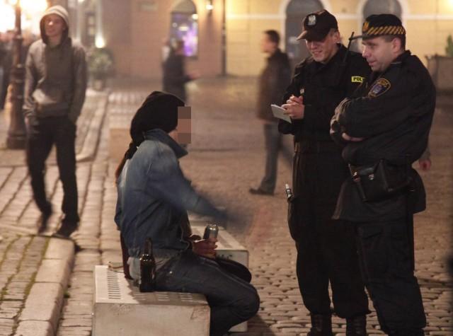Hałas i zakłócanie porządku na Starym Rynku powodują głównie osoby będące pod wpływem alkoholu.