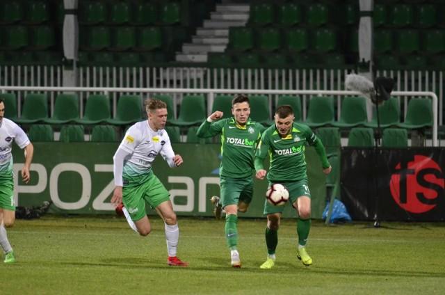 Michał Jakóbowski (z prawej) został bohaterem Zielonych. Jego bramka na stadionie w Jastrzębiu może się okazać bezcenna w walce o ekstraklasę