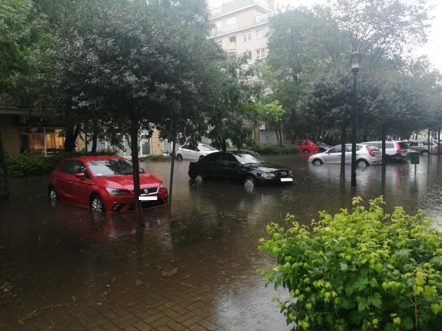 We wtorek po południu nad północną częścią Poznania - m.in. Winogradami i Piątkowem - przeszła potężna ulewa. Zobacz, jakie szkody wyrządziła. Przejdź dalej --->