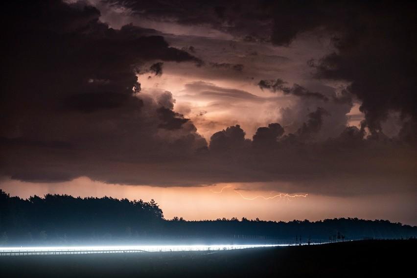 Apokaliptyczne niebo nad Świebodzinem. Widok mrozi krew w zyłach i fascynuje.
