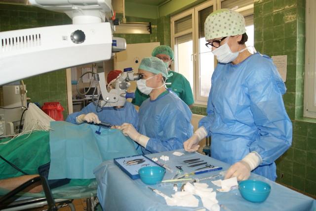 Zabieg wszczepienia implantu Xen u pacjentki.