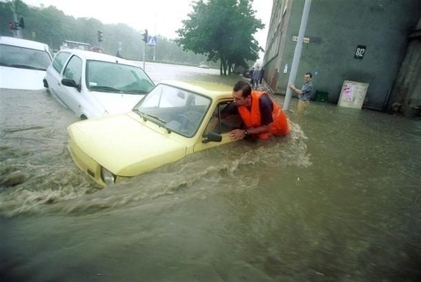 Powódź w Gdańsku 9 lipca 2001 roku. Akcja ratunkowa,...