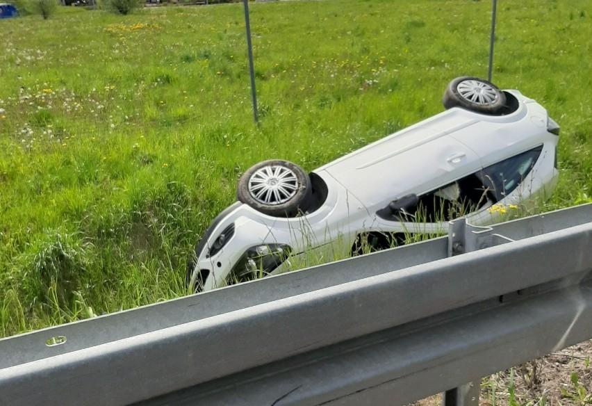 Choroszcz. Kierowca opla wjechał do przydrożnego rowu przy wyjeździe na S8 w kierunku Białegostoku [ZDJĘCIA]
