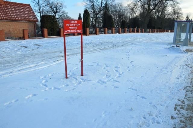 Do cmentarza parafialnego przylega prywatna działka, której właściciel nie chce sprzedać i zabronił wstępu na nią