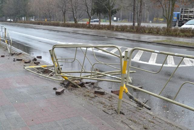 Uszkodzone barierki leżały zarówno na chodniku jak i na ulicy. Samochody przejeżdżające w stronę parku i komisariatu musiały uważać. Zobacz kolejne zdjęcia. Przesuń zdjęcia w prawo - wciśnij strzałkę lub przycisk NASTĘPNE