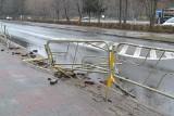 Sosnowiec. Zniszczono barierki przy Parku Kuronia. Najprawdopodobniej wjechał w nie samochód