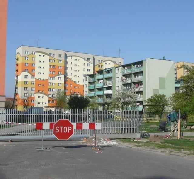 Na środku osiedlowej drogi stanęło ogrodzenie…