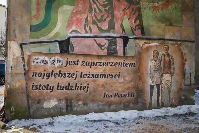 Miał propagować tolerancję. Niestety, ktoś go przemalował. I to tak, żeby miał wydźwięk antysemicki. Sprawą zniszczonego muralu zajmuje się policja.