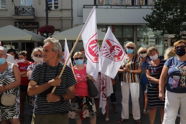 W środę przedstawiciele tzw. niepedagogicznych pracowników szkół i przedszkoli pojawili się pod Urzędem Miasta Łodzi, aby sprzeciwić się wypowiedzeniu przez UMŁ układu gwarantującego im dodatek do pensji od samorządu.