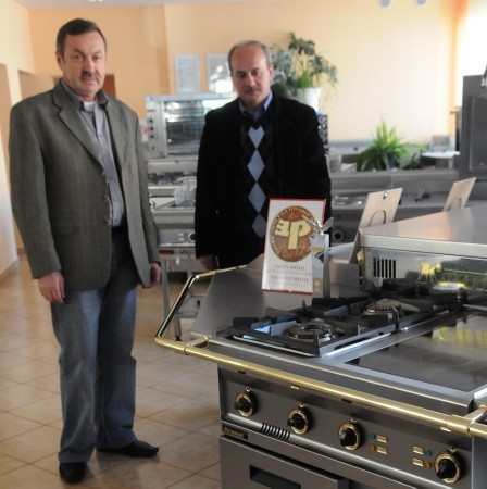 Prezes Jacek Mach i Rafał Rafalski z działu handlowego prezentują nagrodzony produkt Krometu