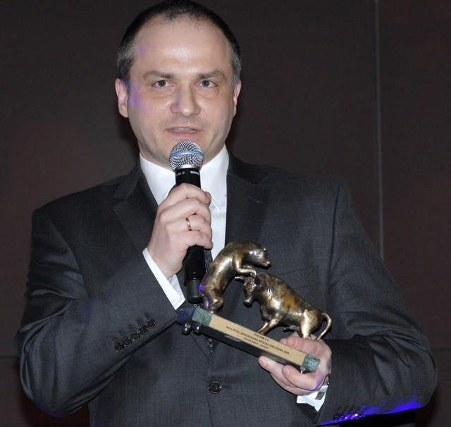 Prezes Sucharski odbiera statuetkę