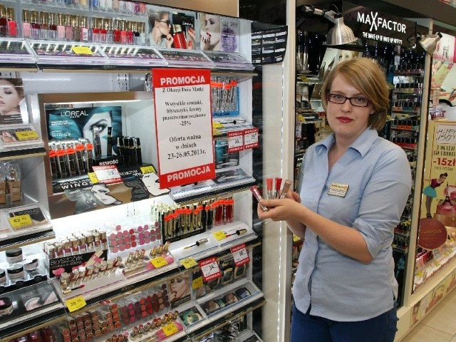 Ogromny wybór kosmetyków do makijażu w promocyjnych cenach na Dzień matki prezentuje Iza Bórzyńska, menedżer w Drogerii Superpharm w Galerii Korona w Kielcach.