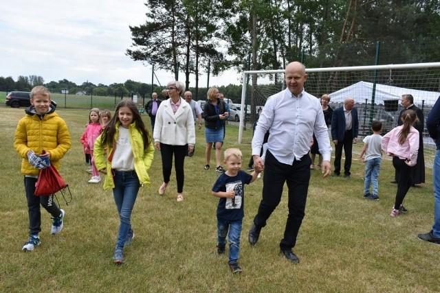 Na boisku w Nieznamierowicach można było rozegrać w niedzielę rodzinne zawody lekkoatletyczne.