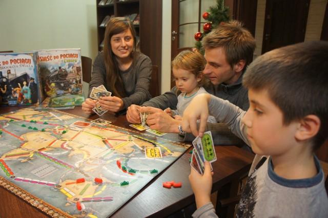 """Jako pierwsi w grę ,,Dookoła świata"""" zagrali Adam i Paulina Lange z dziećmi"""