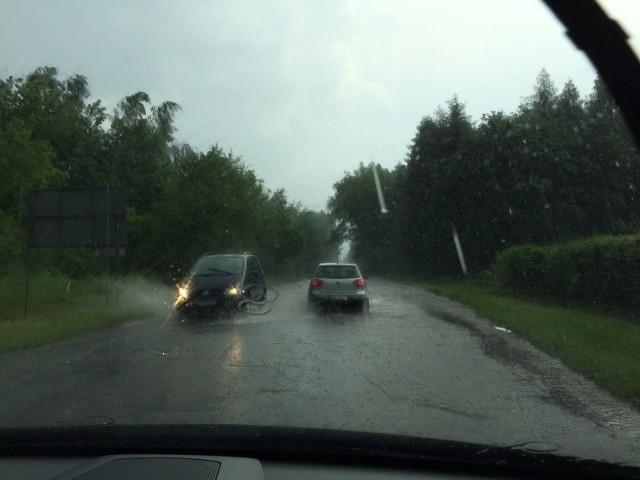 Obfitym opadom deszczu w czasie burzy towarzyszyły silne wyładowania atmosferyczne i gwałtowny porywisty wiatr, który łamał konary drzew. Drogi zamieniły się w rwące potoki.
