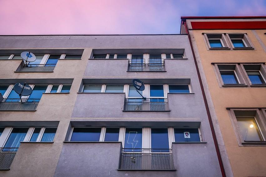 Mieszkańcy Gdańska solidaryzują się z kobietami w proteście. Symbole strajku kobiet w oknach gdańszczan. Zdjęcia